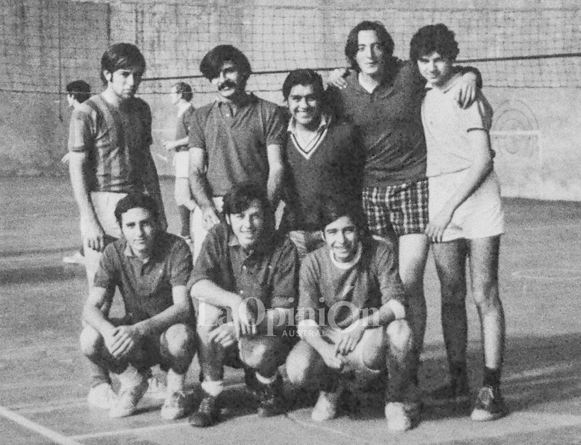 Pepe, agachado debajo de Néstor, en el equipo de vóley del Colegio Guatemala.