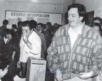 Año 1987. El candidato a intendente Néstor Kirchner votaba en la escuela Ladvocat de Río Gallegos. FOTO: ARCHIVO LA OPINIÓN AUSTRAL.