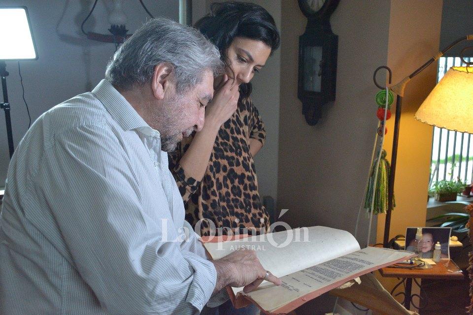 Primera movida política. Pepe muestra la carpeta del año '66 con las notas para Onganía y su esposa, para que el dictador no eche a la rectora del Guatemala, Anita Flores de López.FOTO: LA OPINIÓN AUSTRAL.