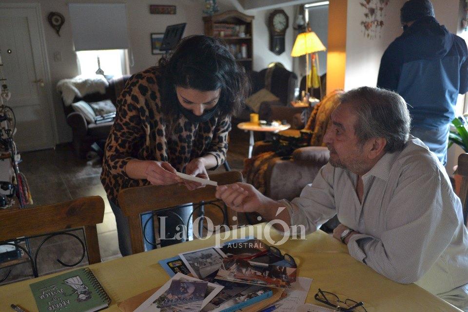 Pepe abrió el baúl de los recuerdos, con fotos nunca antes vistas de él y Néstor. FOTO: LA OPINIÓN AUSTRAL