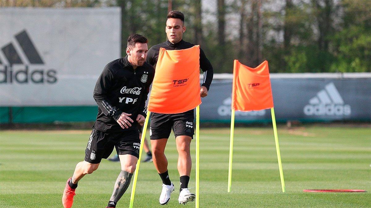 Lionel Messi junto a Lautaro Martínez en uno de los entrenamientos previo al encuentro.