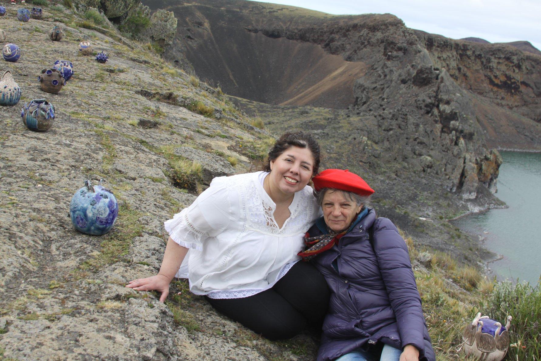 Junto a su maestra, Susana Suárez, en la muestra realizada en la Laguna Azul.