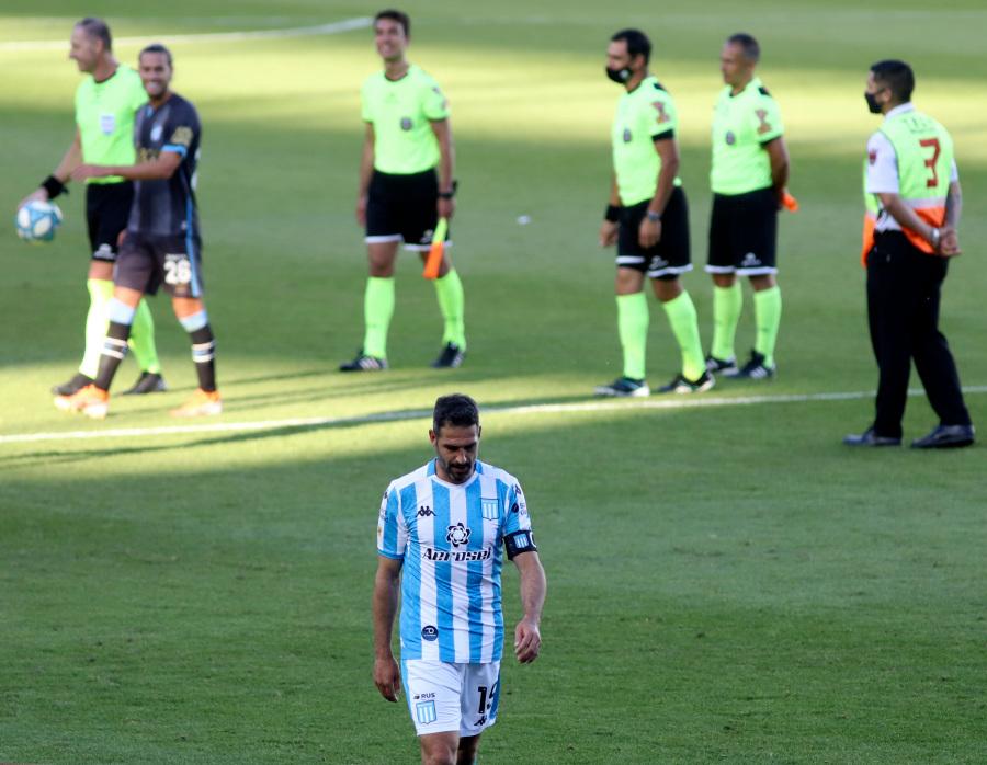 Así se retiraba en soledad, Lisandro López, tras la derrota ante Atlético Tucumán.