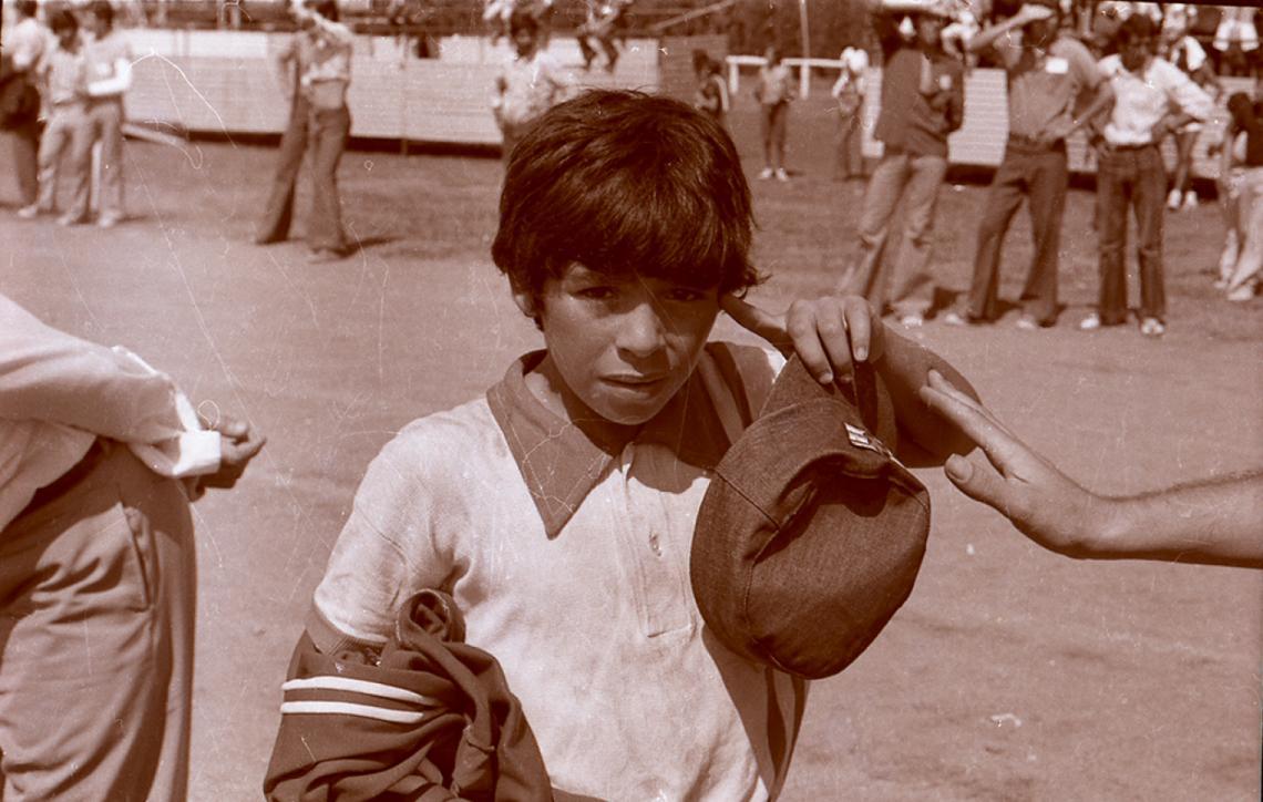 De niño y Cebollita. Diego posaba con la camiseta de su equipo con el cual participó de los Juegos Nacionales Evita 1973 y 1974.