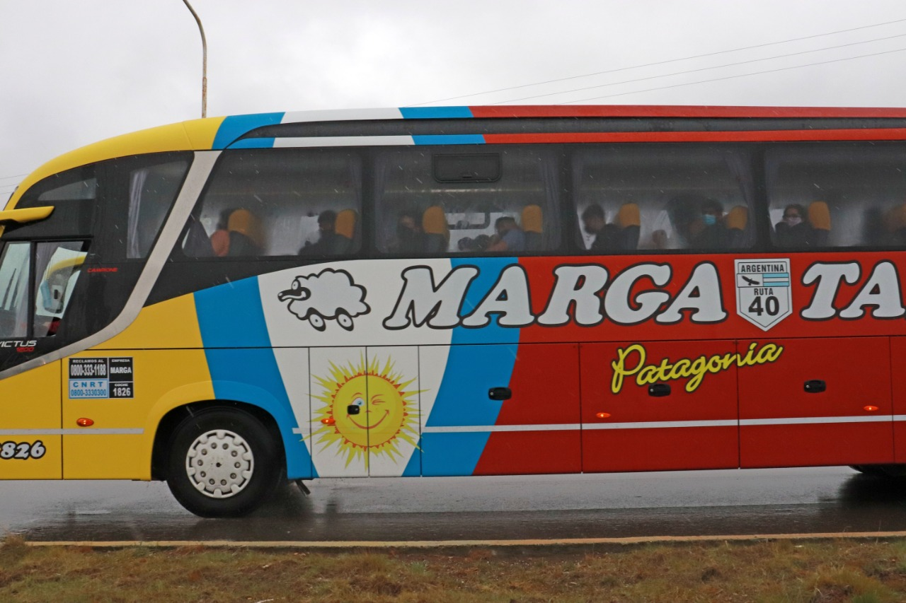 En tres colectivos, los pasajeros fueron trasladados al CEPARD. Foto: José Silva/La Opinión Austral