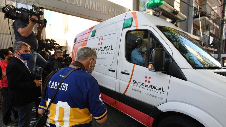 La ambulancia que llevó a Diego Maradona a la casa que alquiló en Tigre.