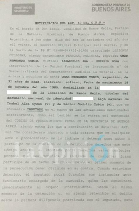La notificación judicial a Fernando Tobio. Material exclusivo de La Opinión Austral.