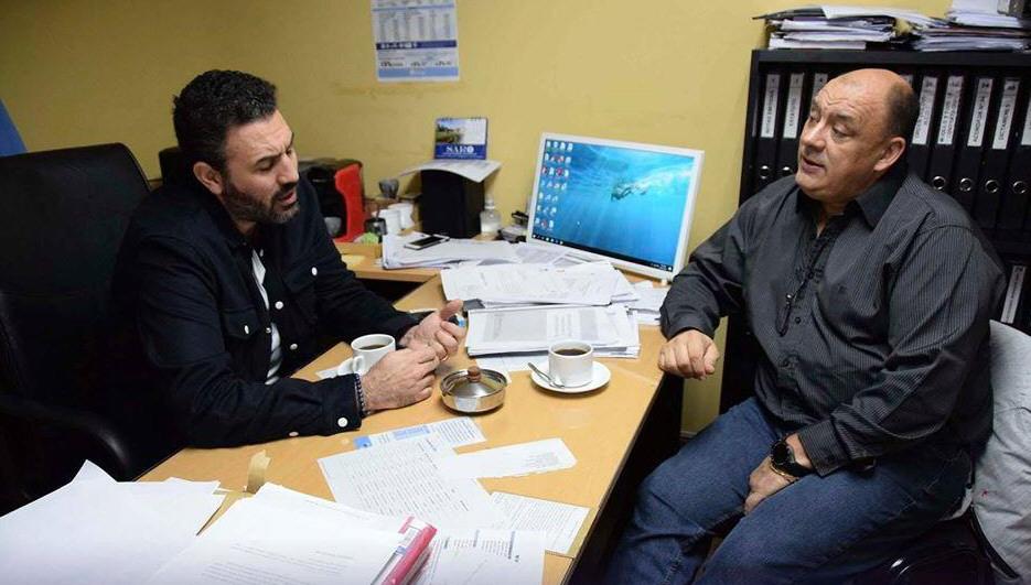Diego Robles en diálogo con el secretario general de UTA, Rubén Aguilera. Foto: La Opinión Austral
