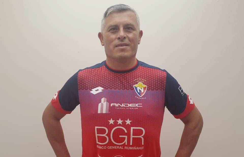 Jorge Montesino posa con la camiseta de El Nacional de Ecuador.