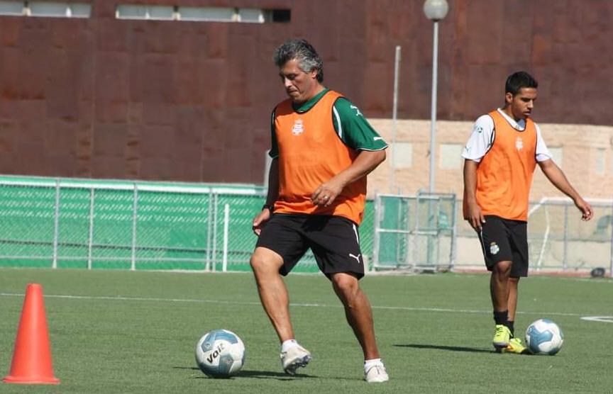 Montesino conduciendo la pelota en su paso por Santos Laguna, donde fue asistente técnico.
