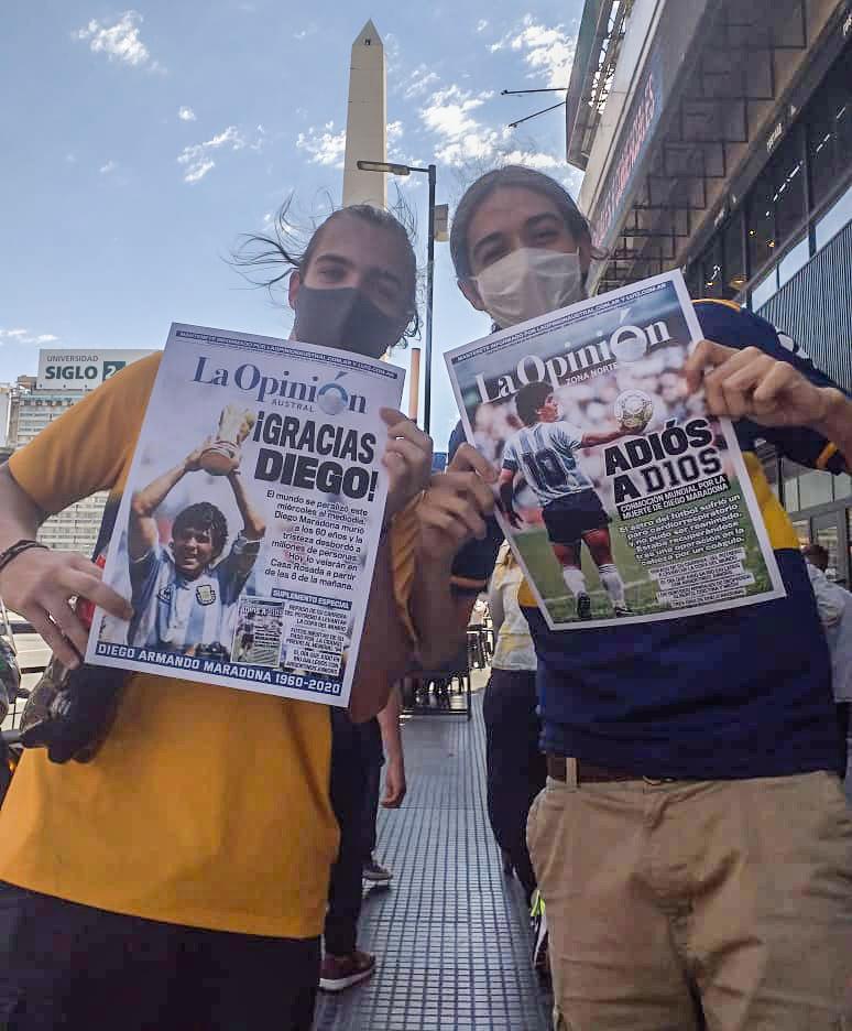 Miles de personas fueron al velorio de Diego. Fanáticos posaron con la tapa de La Opinión Austral y La Opinión Zona Norte.