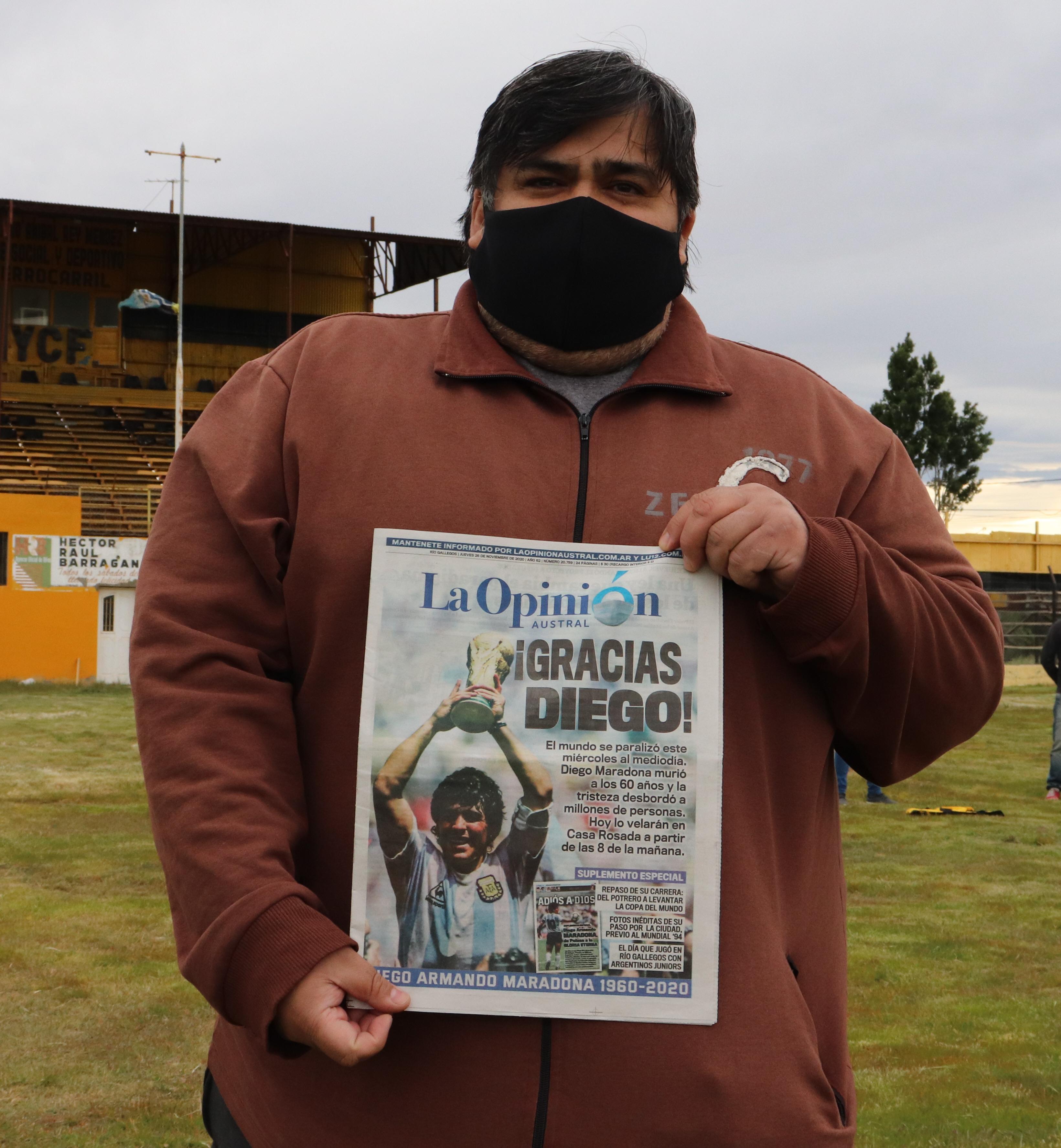 Carlos González también se tomó una foto con la tapa.FOTO: MIRTA VELÁSQUEZ / LA OPINIÓN AUSTRAL