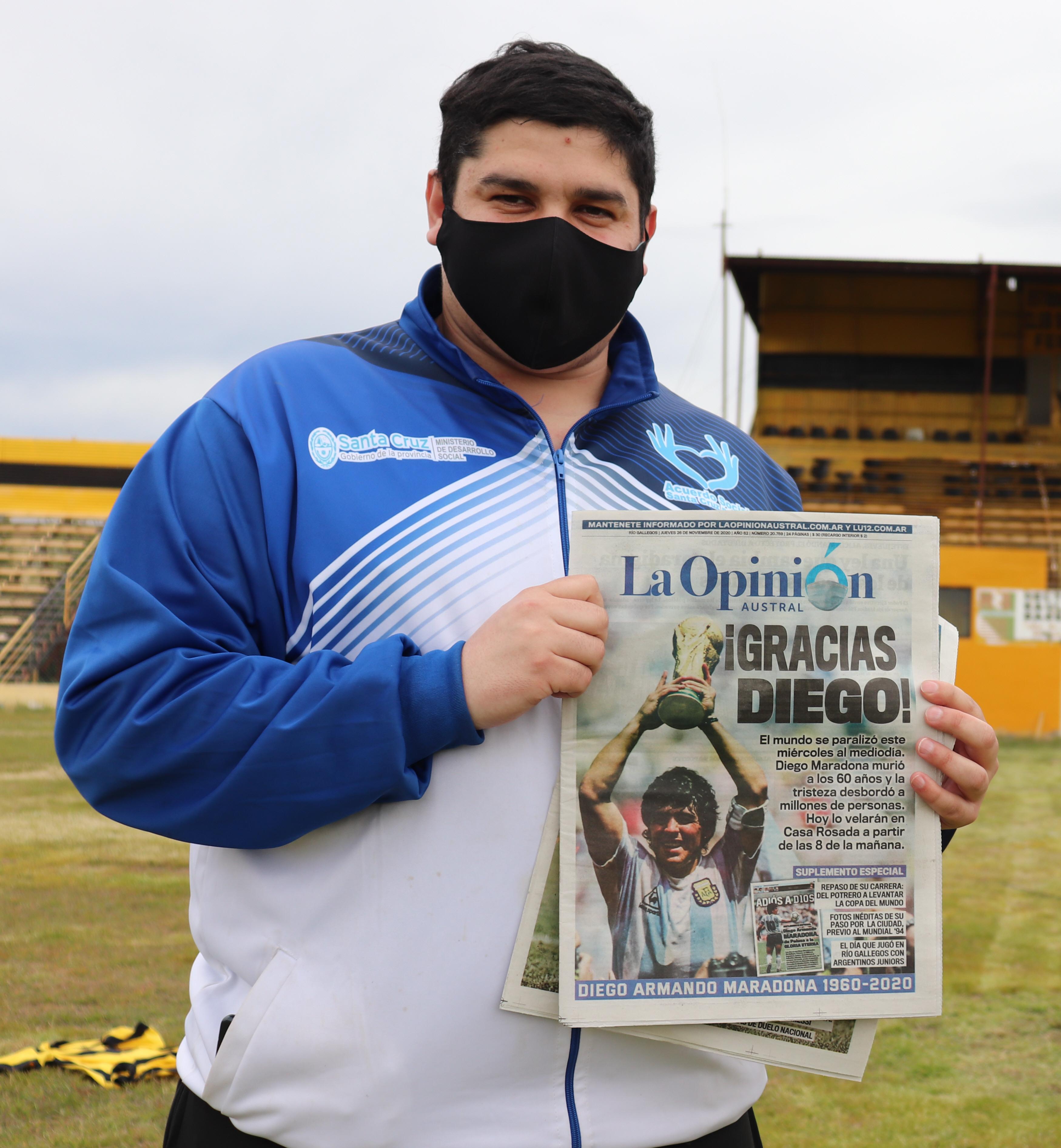 Marcos Tello posando con la tapa de LOA.FOTO: MIRTA VELÁSQUEZ / LA OPINIÓN AUSTRAL