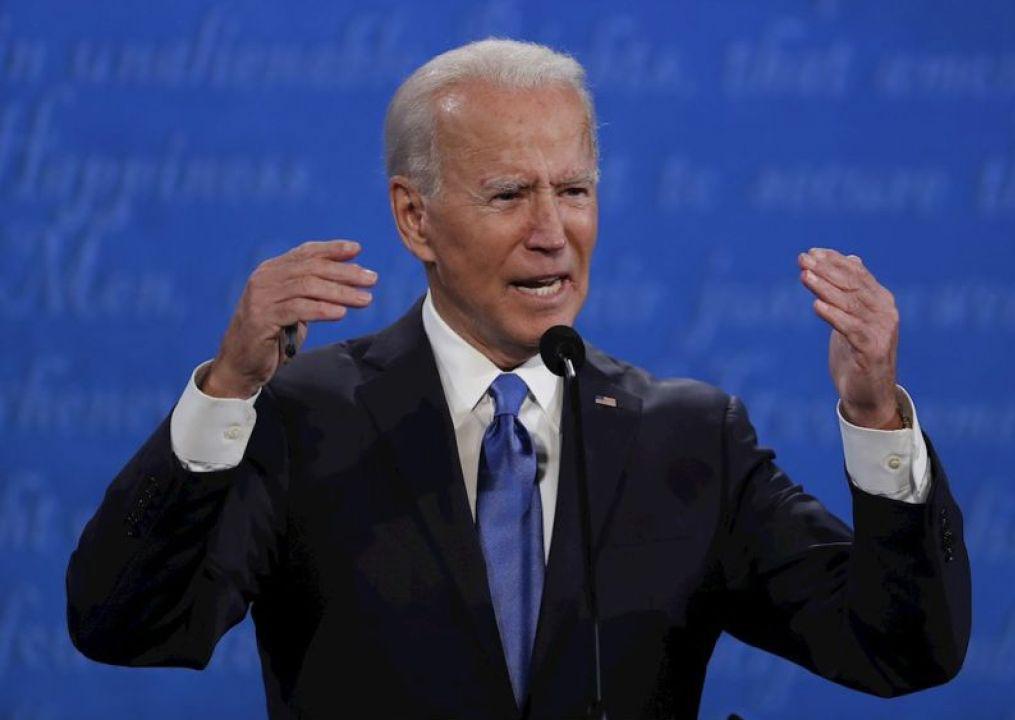 Joe Biden, el candidato demócrata, con sus brazos en alto FOTO: CAPTURA