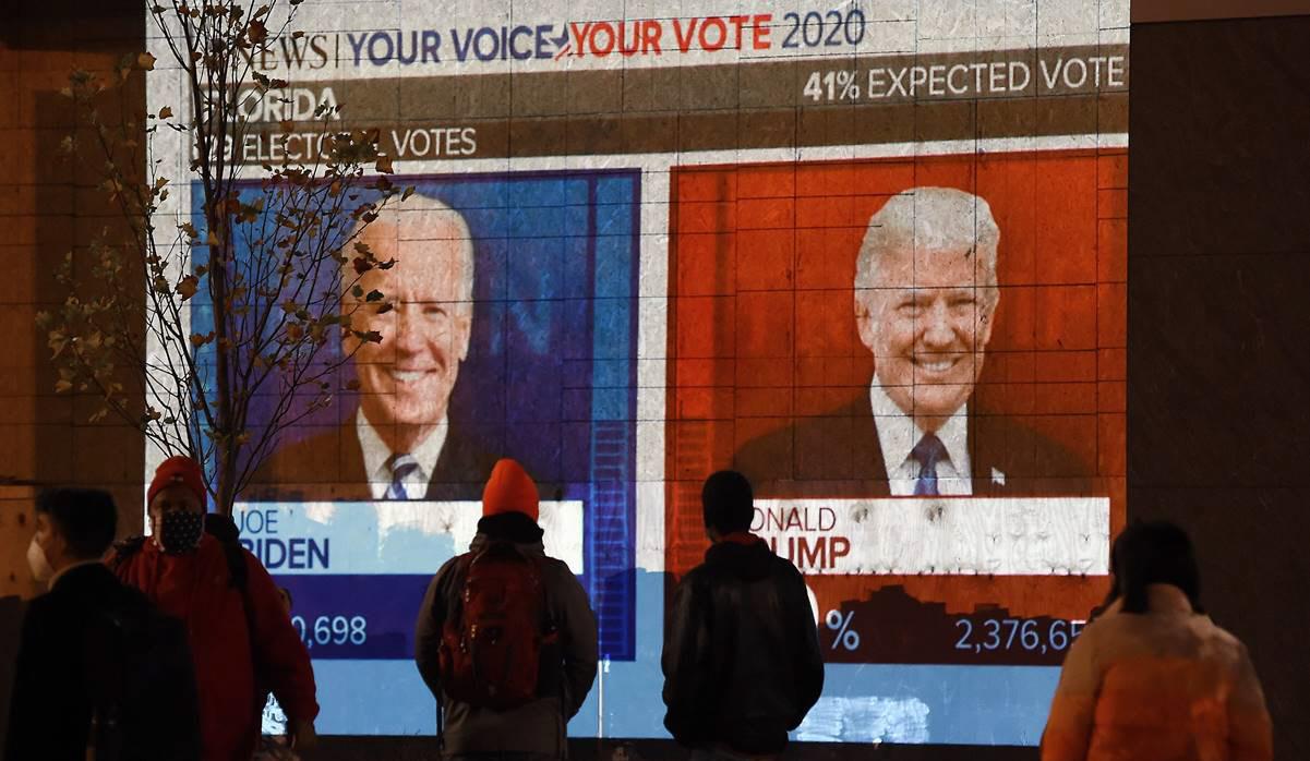 Estadounidenses siguiendo la contienda, voto a voto.