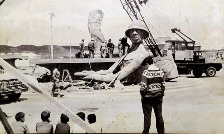 Construcción del monumento petrolero en 1969. Fue creado por Pablo Daniel Sánchez y José Cifuentes.