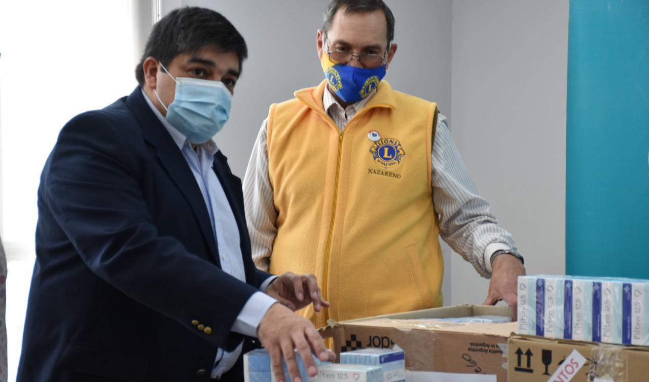 Claudio García, ministro de Salud y Ambiente y un miembro del Club de Leones de Río Gallegos.