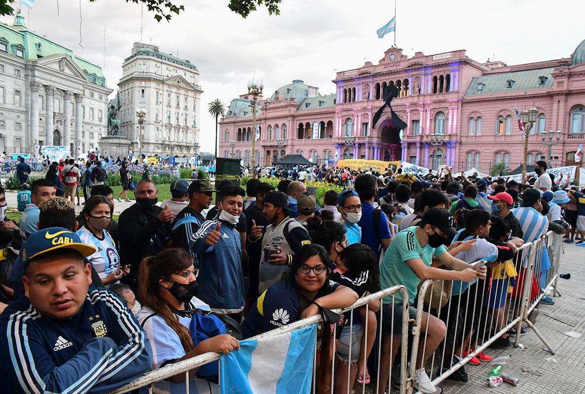 Desde las 22 horas del jueves, hinchas y fanáticos de Diego se acercaron a Plaza de Mayo. FOTO: TÉLAM