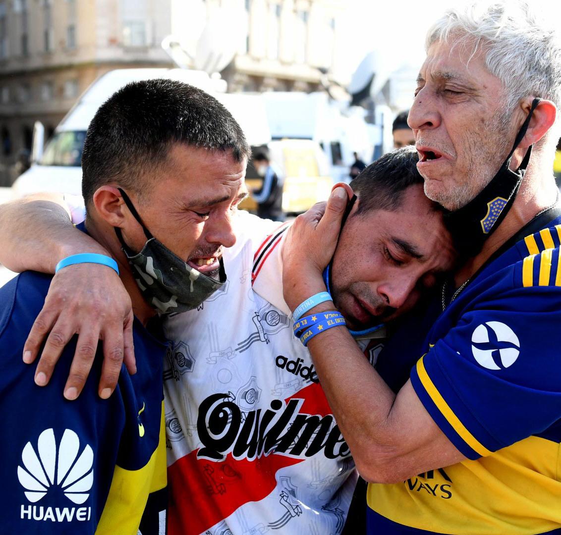 Diego unió: hinchas de River y Boca envueltos en un abrazo. FOTO: PRESIDENCIA