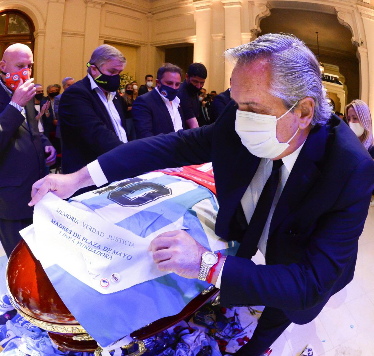 Alberto Fernández colocando el pañuelo de Madres de Plaza de Mayo. FOTO: PRESIDENCIA