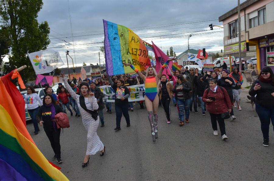 Marcha del Orgullo 2019. Paola con un vestido blanco encabeza la columna diversa por la avenida San Martín de Río Gallegos.