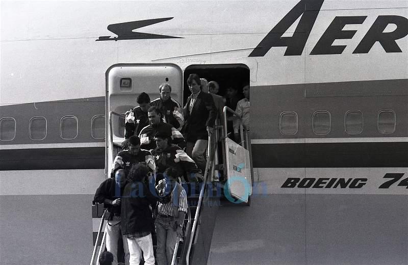 Diego desciende junto a sus compañeros del avión. FOTO: OSVALDO GRAVES / ARCHIVO LA OPINIÓN AUSTRAL.