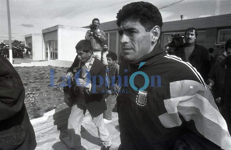 Post entrevista, Maradona se dirige nuevamente al avión. FOTO: OSVALDO GRAVES / ARCHIVO LA OPINIÓN AUSTRAL.