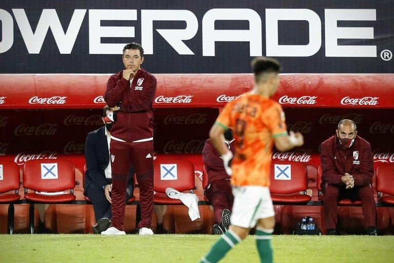 Marcelo Gallardo mira con preocupación.