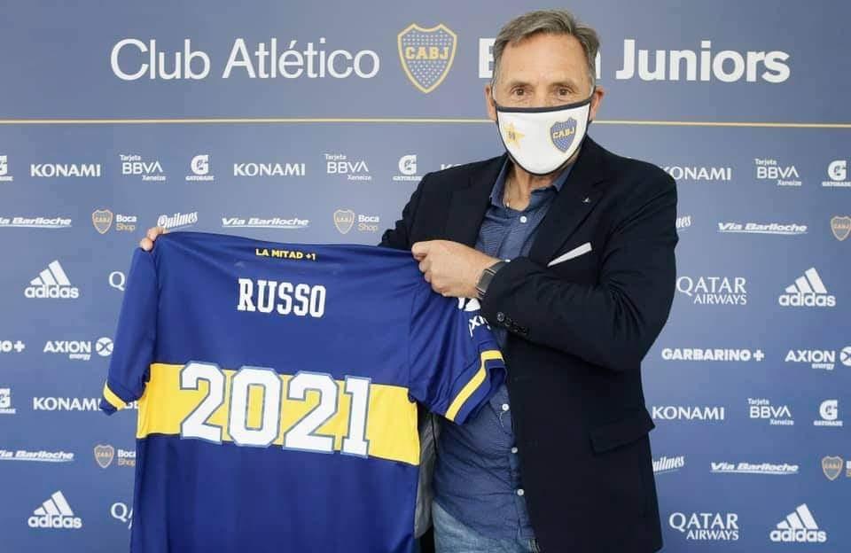 Miguel Ángel Russo posa con la camiseta de Boca y el número 2021.