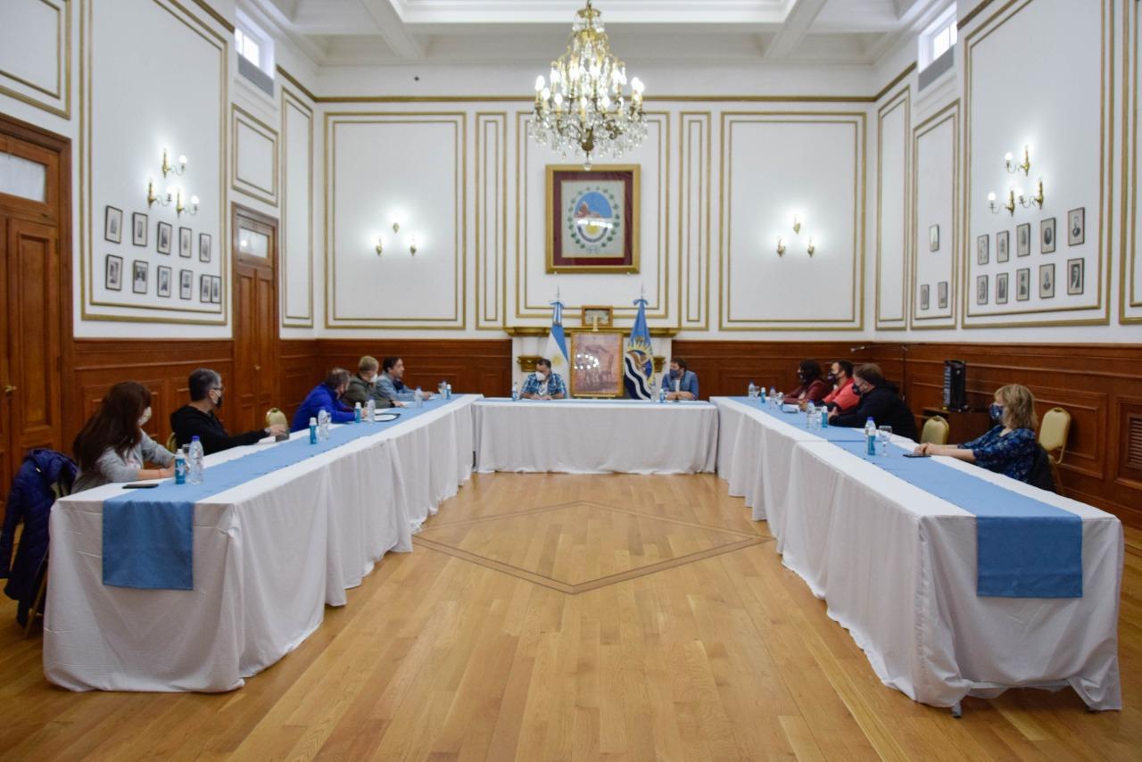 La reunión de autoridades municipales y provinciales se realizó en el Salón Blanco de Casa de Gobierno. FOTO: GOBIERNO