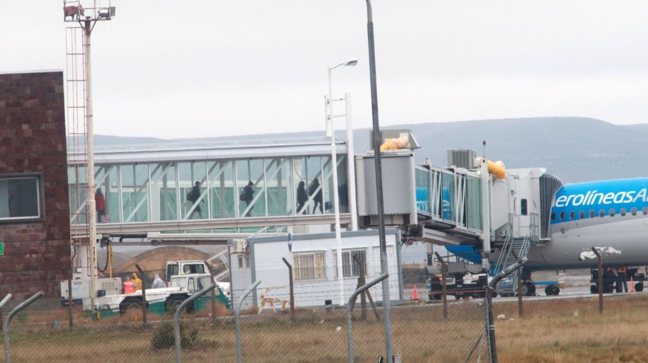 Expectativas por la llegada del vuelo comercial- (FOTO: JOSÉ SILVA/ LA OPINIÓN AUSTRAL)