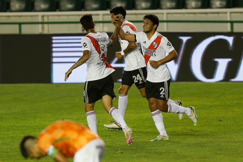 El saludo entre Carrascal y Robert Rojas, tras el gol del paraguayo ante Banfield.