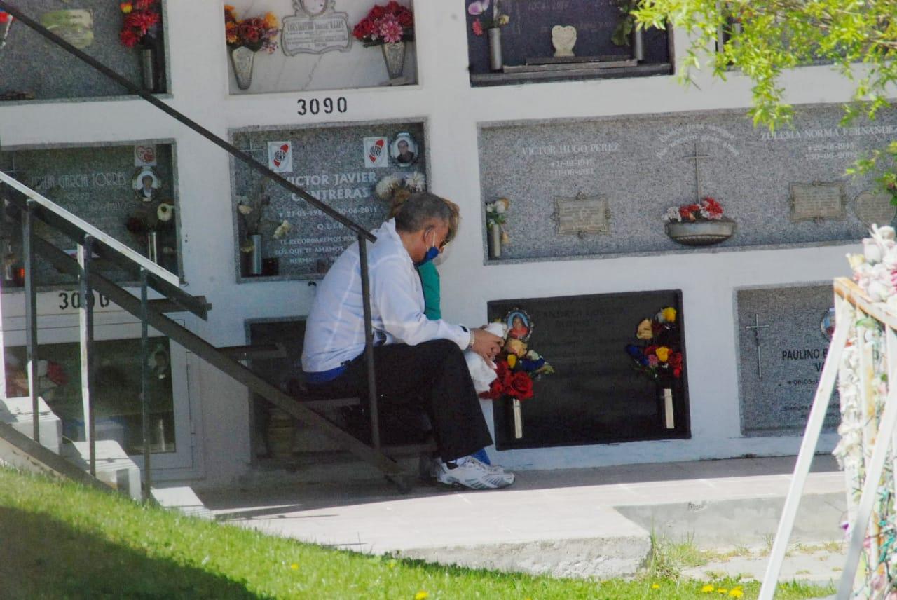 El fin de semana pasado la Municipalidad habilitó el cementerio para que la gente visite a sus difuntos seres queridos. Foto: José Silva/La Opinión Austral