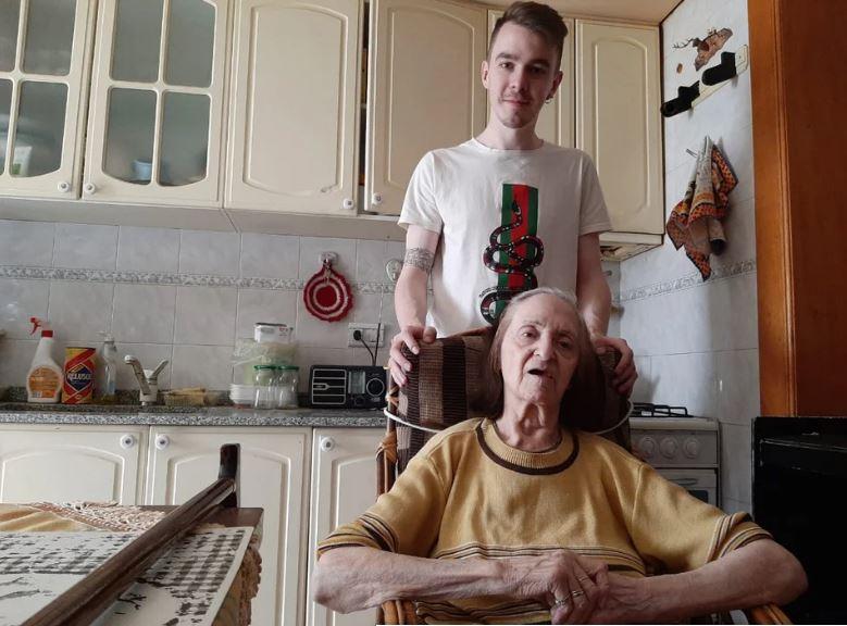 Agustina Sosa junto a su nieto. FOTO: ADNSUR