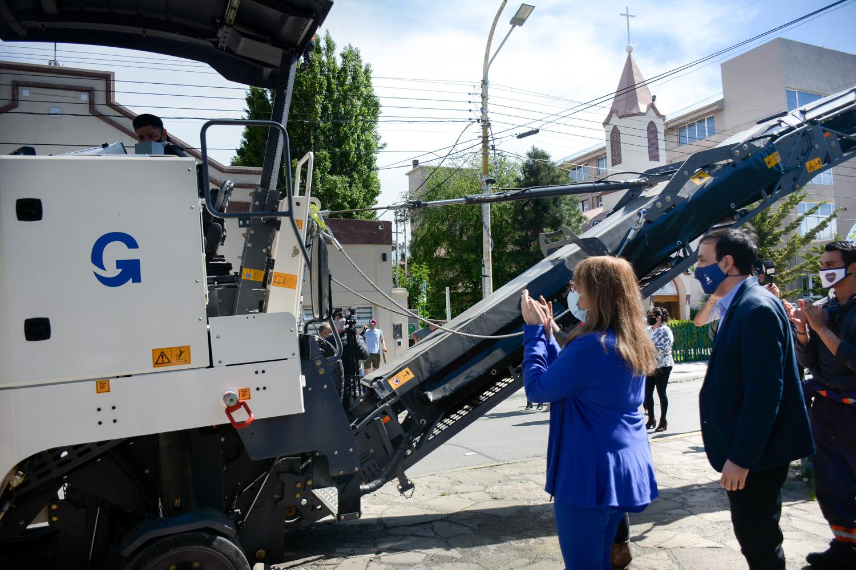 La nueva maquinaria implica una fresadora de asfalto y pavimento, y una máquina cordonera