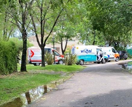 La primera foto de la noticia más triste. Las ambulancias en la casa que alquiló Maradona para recuperarse.