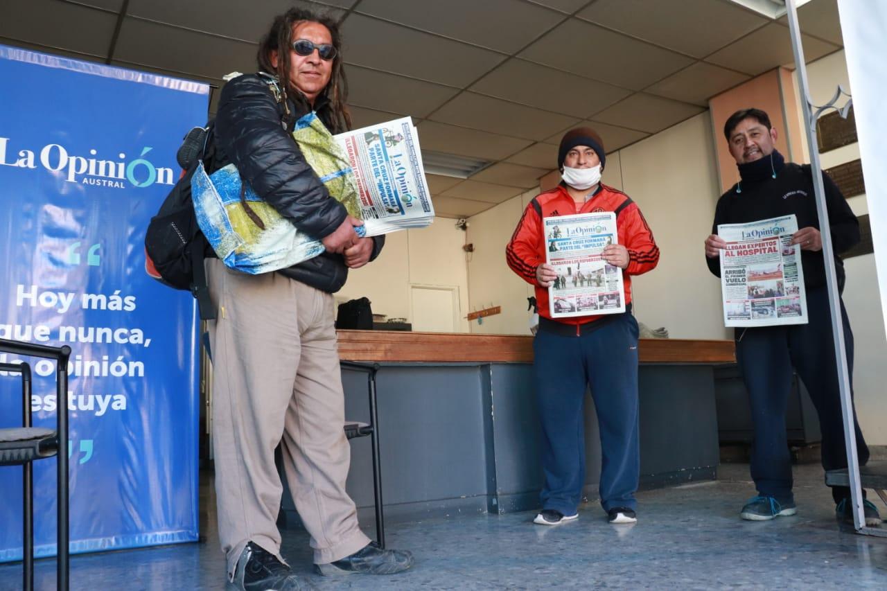 Los canillitas de LOA, Lucho Bitterlich Landez, Javier Calisto y Juan Carlos Nancuante, en la oficina central. Foto: José Silva / La Opinión Austral