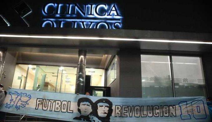 Hinchas acompañan desde el principio a Maradona desde la puerta de la clínica.