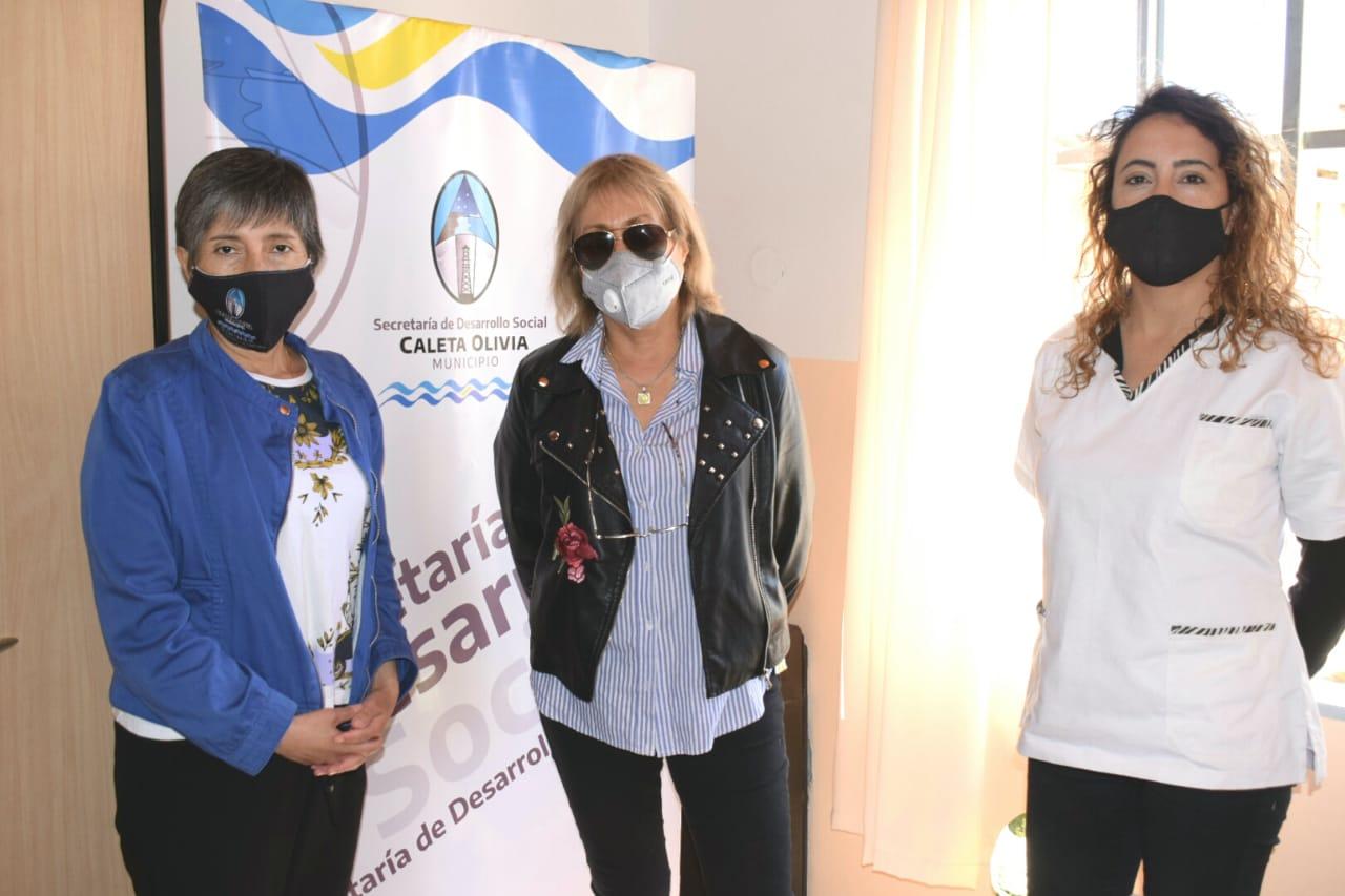 Elizabeth Pintos (centro), junto a su equipo, las licenciadas Sara González y Vanesa Alfonso. Foto: David Capitanelli/La Opinión Zona Norte.
