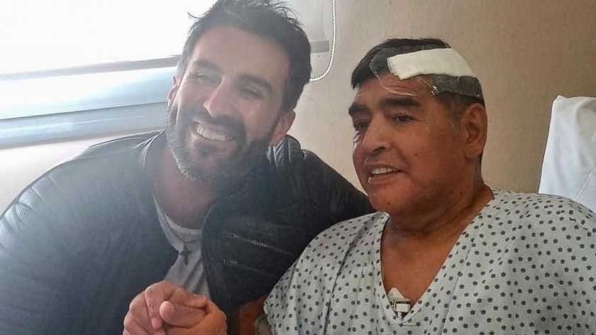 Leopoldo Luque y Diego Armando Maradona luego de la última cirugía en la Clínica de Olivos