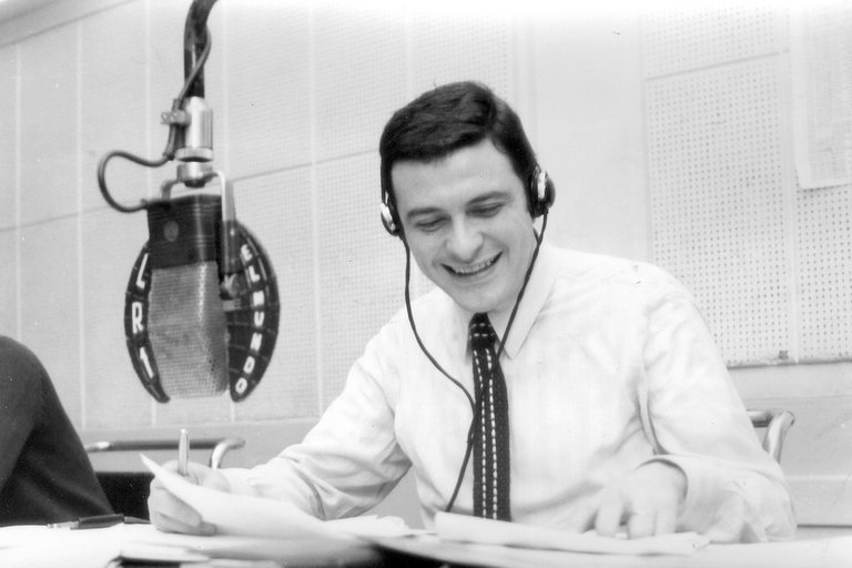 Larrea comenzó su carrera radial en Radio Antártica, 60 años atrás.