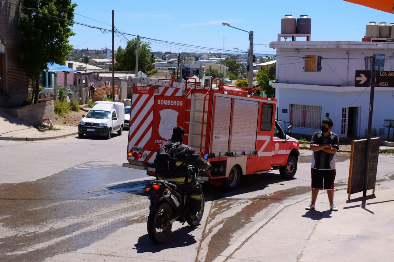 Primero auxiliaron los vecinos en el incendio, luego acudieron Bomberos y policía al lugar.