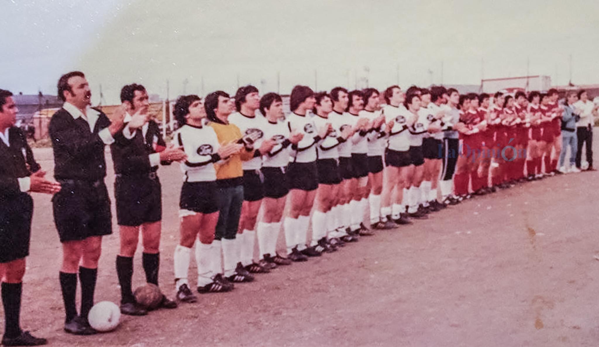 La terna y los equipos aplauden antes de que comience el encuentro. FOTO: ARCHIVO LA OPINIÓN AUSTRAL.