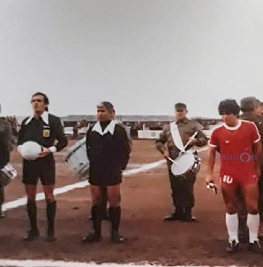 La terna arbitral, un integrante de la banda del ejercito, y Diego Maradona. FOTO: ARCHIVO LA OPINIÓN AUSTRAL.