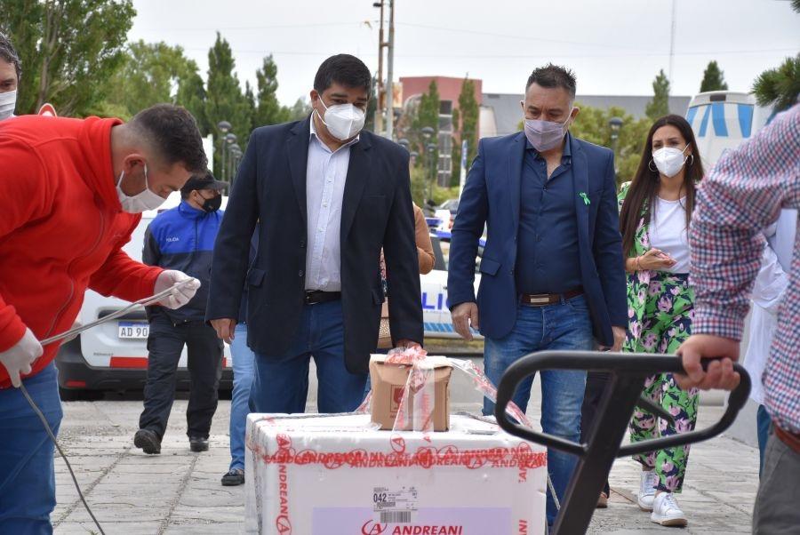 Leonardo Álvarez junto al ministro de Salud de Santa Cruz recibiendo la vacuna rusa para los trabajadores esenciales.