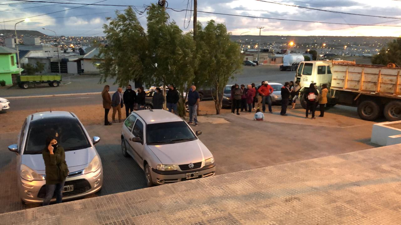 Afuera de la comisaría, compañeros de Flores esperan que lo liberen.