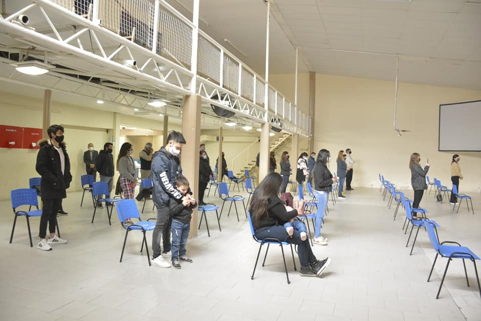 Los lugares cerrados deberán estar ocupados hasta el 25% de su capacidad con un máximo de 50 personas.