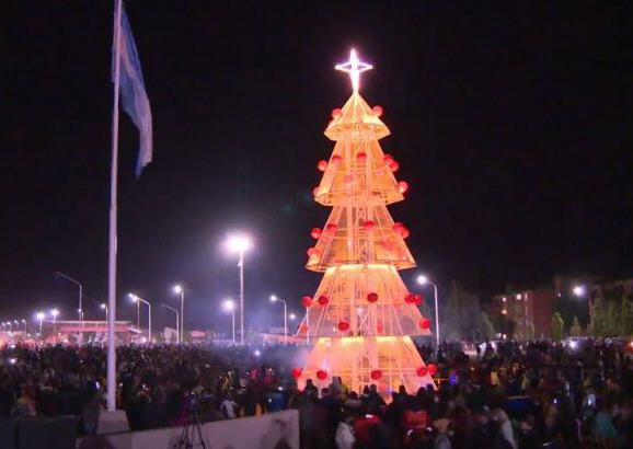 Multitudinario encendido del árbol municipal en rotonda Samoré.