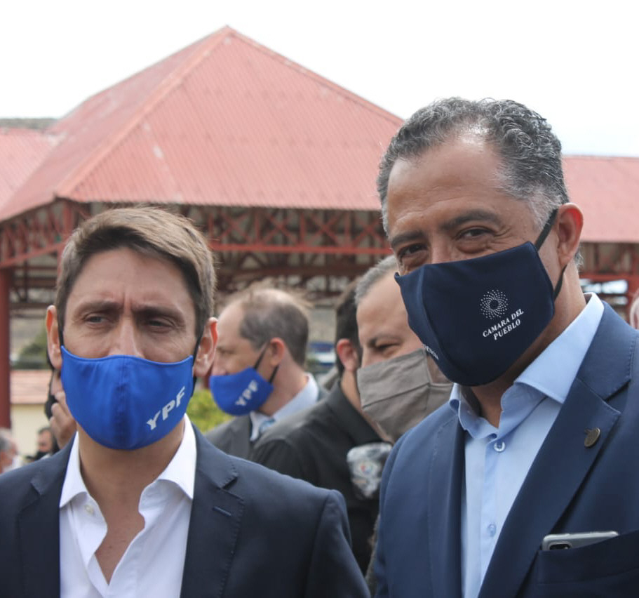 Eugenio Quiroga (der.) junto al CEO de YPF, Sergio Affronti. Foto: Solange Alarcón/La Opinión Zona Norte