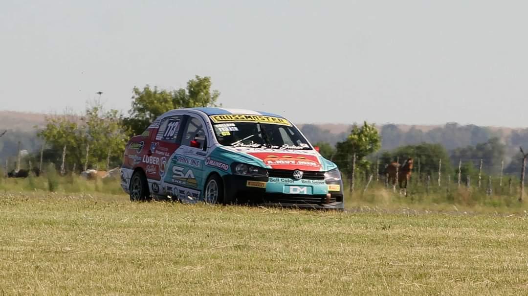 El VW Voyage de Pablo Collazo en acción.